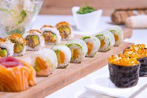 bandeja-variada-en-sushi-bar-1-min